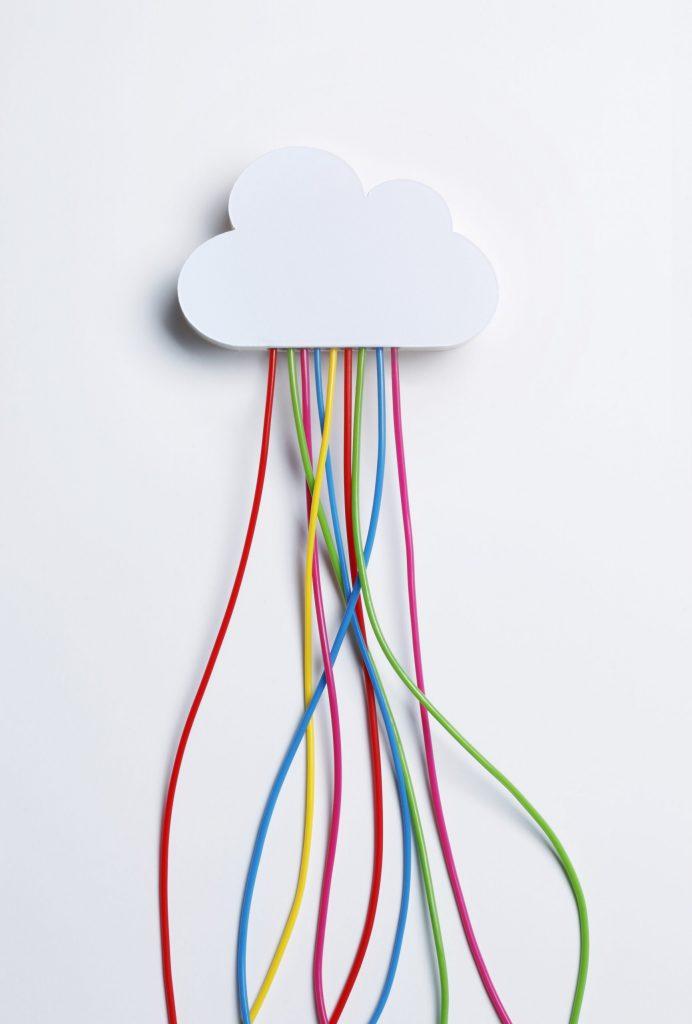 Kuvituskuva: pilvi, josta tulee johtoja.